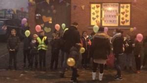 Klasgenootjes verwelkomen Vinz (8) na strijd tegen kanker, buurman belt politie