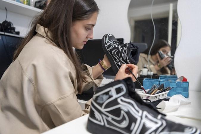 Sittardse Saba pimpt sneakers: 'Toen ik mensen met mijn ontwerpen zag lopen, dacht ik: wauw!'
