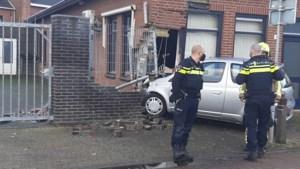 Auto rijdt hoek uit kantoorpand in Tegelen