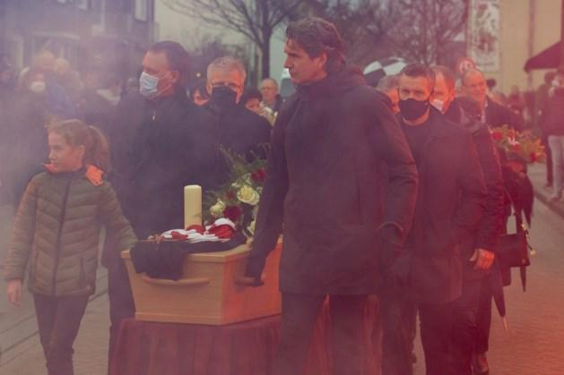 Fans en (oud) spelers van MVV brengen eerbetoon aan overleden clubicoon Sef Hoenjet