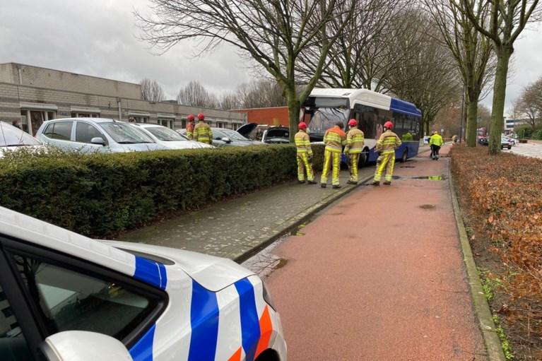 Video: Ongeluk met lijnbus in Sittard, meerdere auto's beschadigd