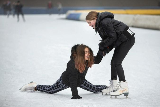Foto van de week: Seïra en Eline zijn even thuis weg en maken plezier op de schaatsbaan van Glanerbrook in Geleen