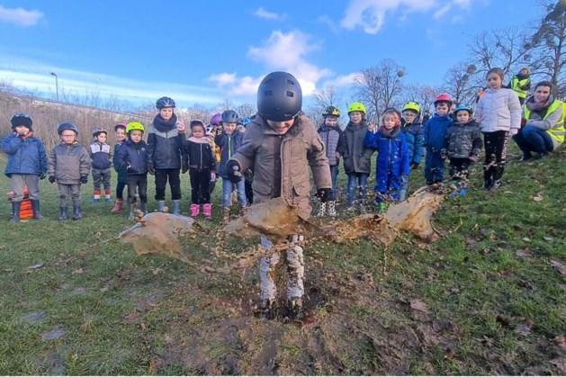 Eerste 'Limburgs Kampioenschap' water stampen kent voornamelijk Geleense deelnemers, maar veel pret