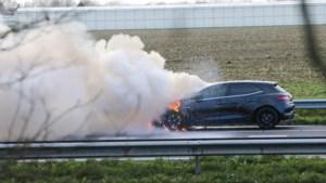 Auto brandt uit op A2, snelweg tijdelijk afgesloten