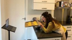 Oud-deelneemster <I>Heel Holland Bakt </I>geeft leerlingen Trevianum digitale workshop appelflappen bakken