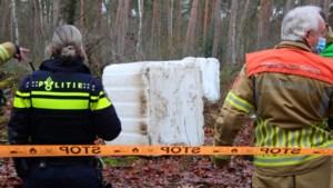Lege containers gedumpt in bosgebied bij Velden