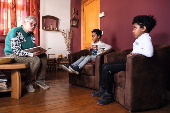 Ode aan deze Limburgse voorlezers: 'Dankzij Toos kan ik nu net zo goed lezen als de rest van de klas'