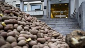 Protestactie: aardappelen op de stoep bij belangenbehartiger van de supermarkten