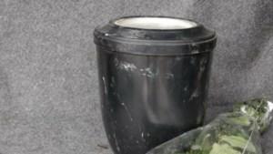 Man vindt urn met as bij het afval: 'Zo ga je toch niet met een dierbare om?'