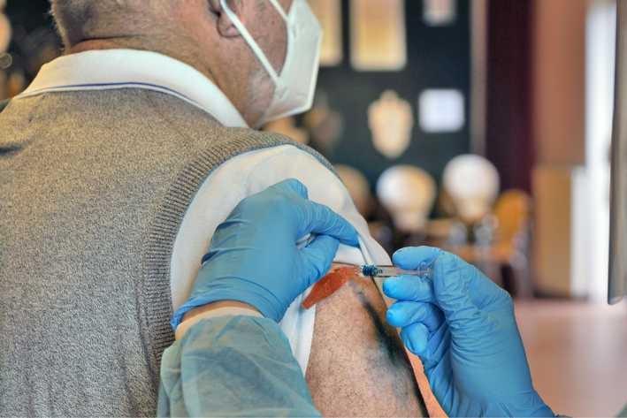 Rusthuizen prikken familieleden van bewoners met restjes vaccin