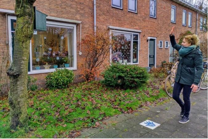 Voorstel om eenzaamheid 'weg te wuiven' in Sittard-Geleen: 'Tegel met handje zorgt voor glimlach en contactmomentje'