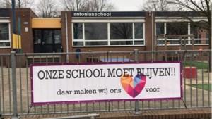 Banners en posters in Buggenum om protest tegen sluiting basisschool te onderstrepen