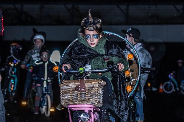 Jeugd verkleed op de fiets tijdens 'Gelaen mit Aafsjtand op de Fits'