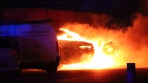 Auto in vlammen op bij bedrijf Venlo