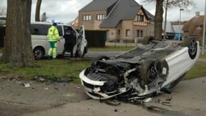Auto landt op kop na inhaalmanoeuvre in Maasmechelen