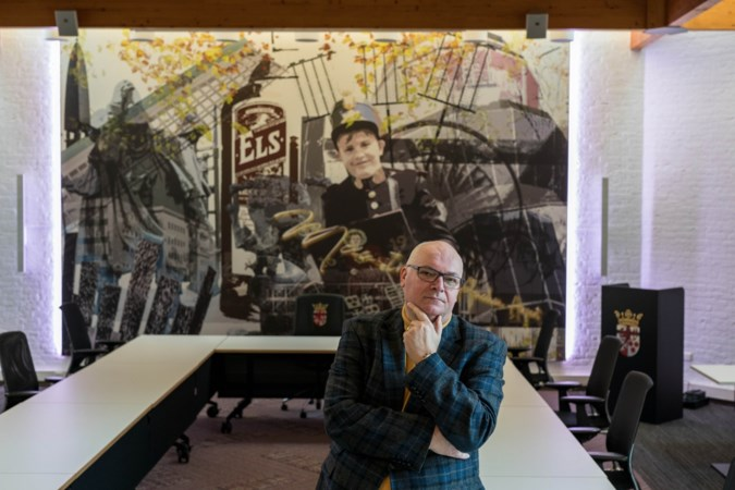 Grote achterwand met fles Els en kroon van lichtkoningin blikvanger van nieuwe raadszaal in Beek