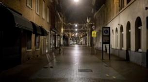 Avondklok ingegaan: handjevol mannen protesteert op Vrijthof, vuurwerk in Beringe