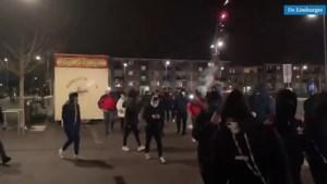 Grote groep jongeren protesteert tegen avondklok op plein in centrum Stein