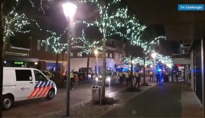 Video: Politie jaagt relschoppers hard op door centrum van Geleen, twaalf aanhoudingen