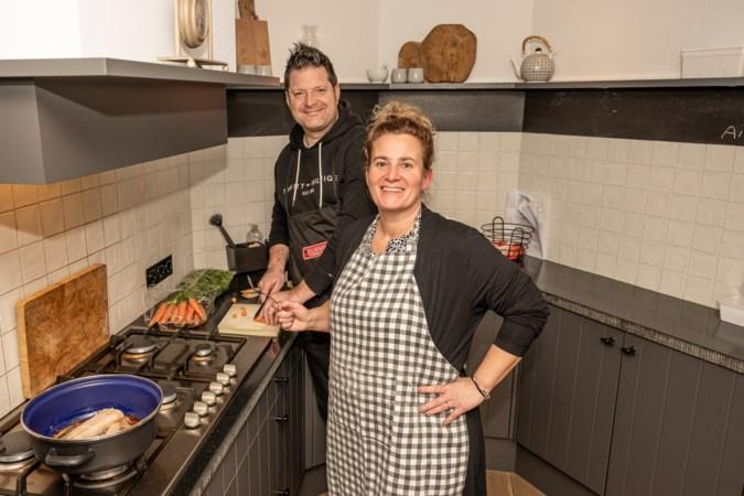 Holtums echtpaar kookt voor eenzame ouderen en houdt een praatje bij de deur