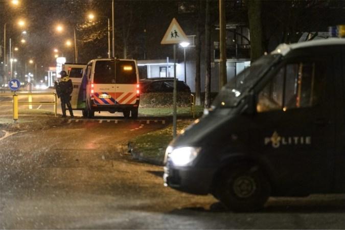 Meerdere aanhoudingen en agent gewond na avondklokrellen in Limburg