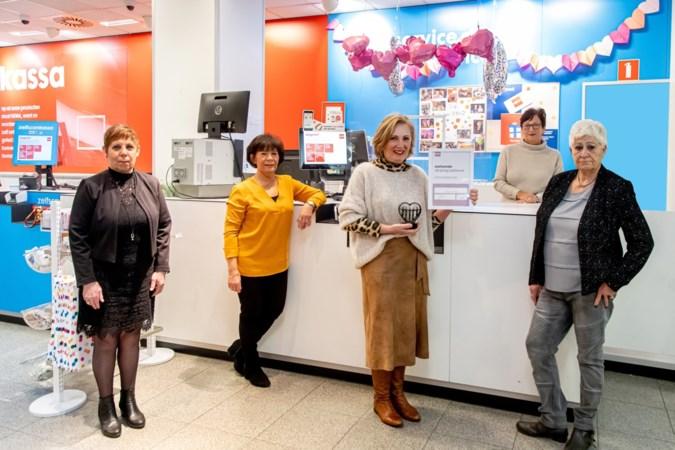 Zeven Hema-dames nemen na halve eeuw, in 'rare' tijd met pijn in het hart afscheid van collega's en klanten