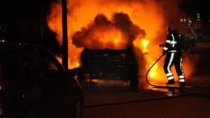 Politie onderzoekt vier autobranden binnen kwartier in Zuid-Limburg, mogelijk sprake van brandstichting