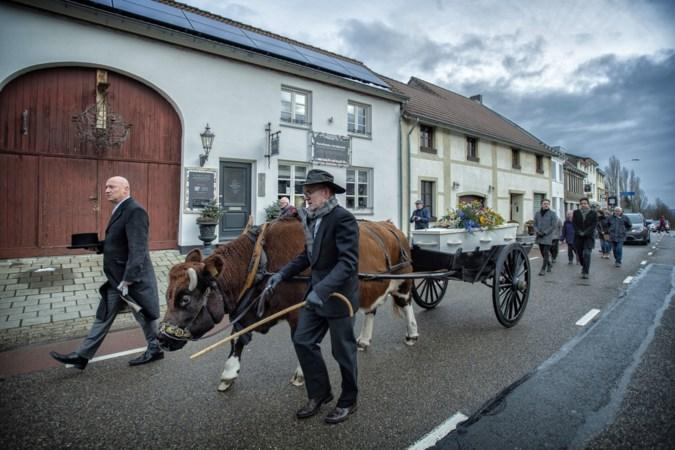 Na 103 jaar maakt Bella Horsmans op een door een koe getrokken kar nog één laatste ronde door haar Klimmen