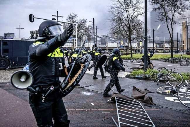 Avondklokrellen: kan de politie het geweld nog wel aan?