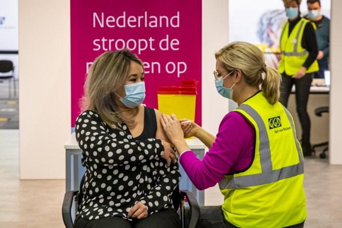 Verpleegster Sanna Elkadiri krijgt als eerste de tweede coronaprik