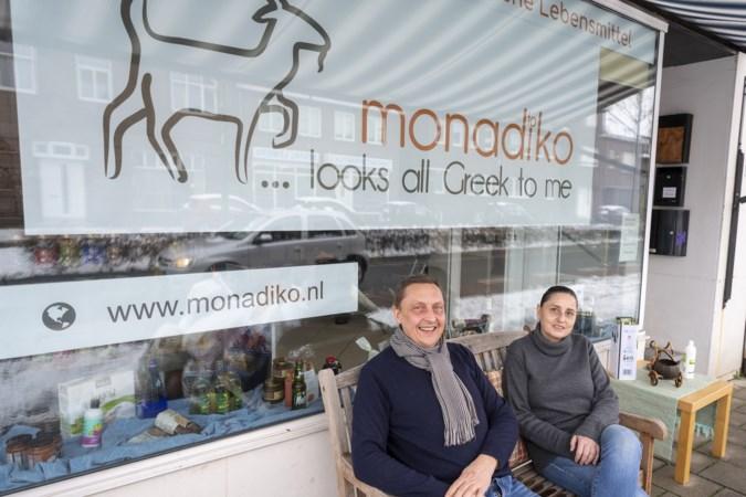 Lemiers is zo blij met zijn nieuwe Griekse winkel dat dorpelingen zelfs helpen de vrachtwagen uit te laden
