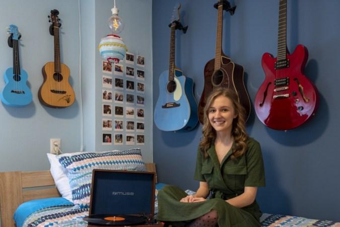 Ondanks haar ernstige chronische ziekte blijft singer-songwriter Mikki (19) vrolijk: 'Geniet van wat je wél hebt'