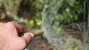 Man  (71) uit Baarlo geeft bloemetjes water uit de beek en krijgt forse boete