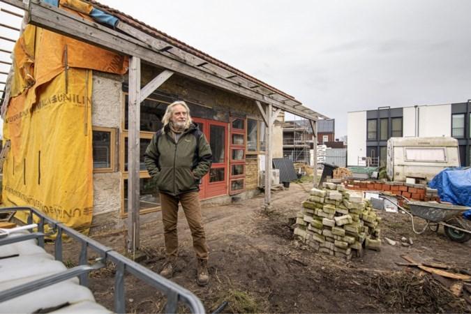 Rob (65) bouwt een huis van tweedehands spullen: 'Dit is vrijheid'