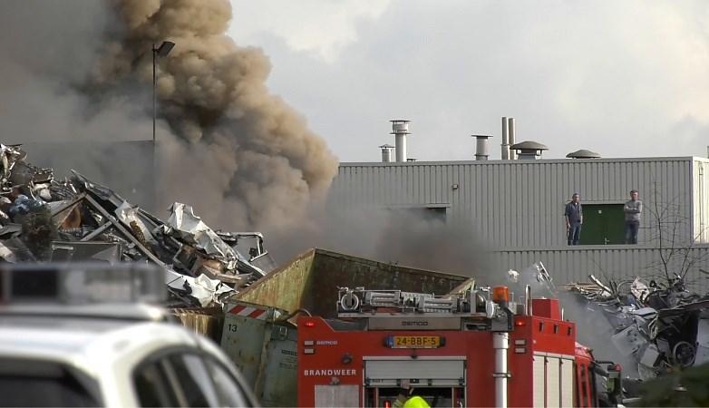 Video: Grote brand bij metaalrecyclingbedrijf in Belfeld