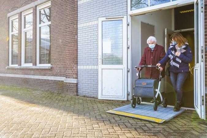 Tranen van ontlading bij Lene (90) uit Venlo nadat de eerste vaccinatieprik is gezet
