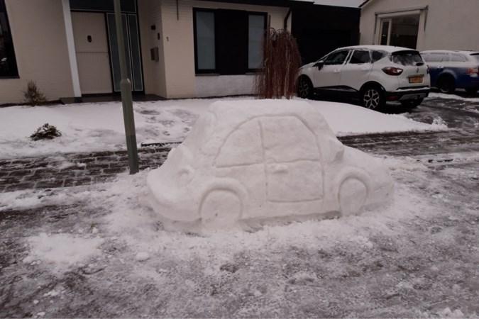 Winterpret in Heel: bewoonster maakt een auto van sneeuw