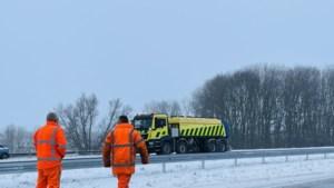 Rijkswaterstaat zet calamiteitenmachine in tegen ijs op de snelweg in Noord-Limburg: 'Strooien niet overal meer zinvol'