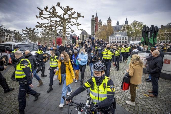 Maandenlange celstraf voor gooien van vuurwerk naar politie tijdens demonstratie Kick Out Zwarte Piet