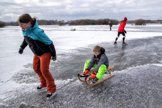 Waaghalzen tegen advies van gemeente in het ijs op in Nederweert