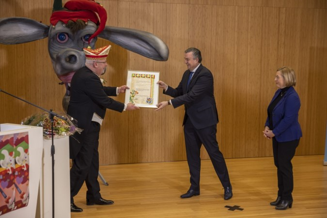 Emile Roemer krijgt Gouden Ezel van Heerlense Winkbülle