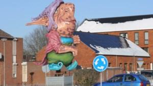 De Piëlhaas laat zich toch zien met grote poppen op rotondes