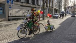 Einzelgänger Paul Creatieve fietst optochtroutes Parkstad in z'n eentje