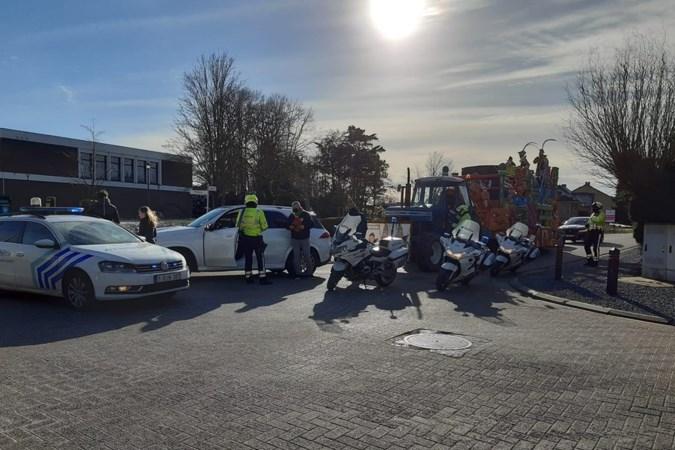 Politie rijdt prinsenwagen klem in Lanaken