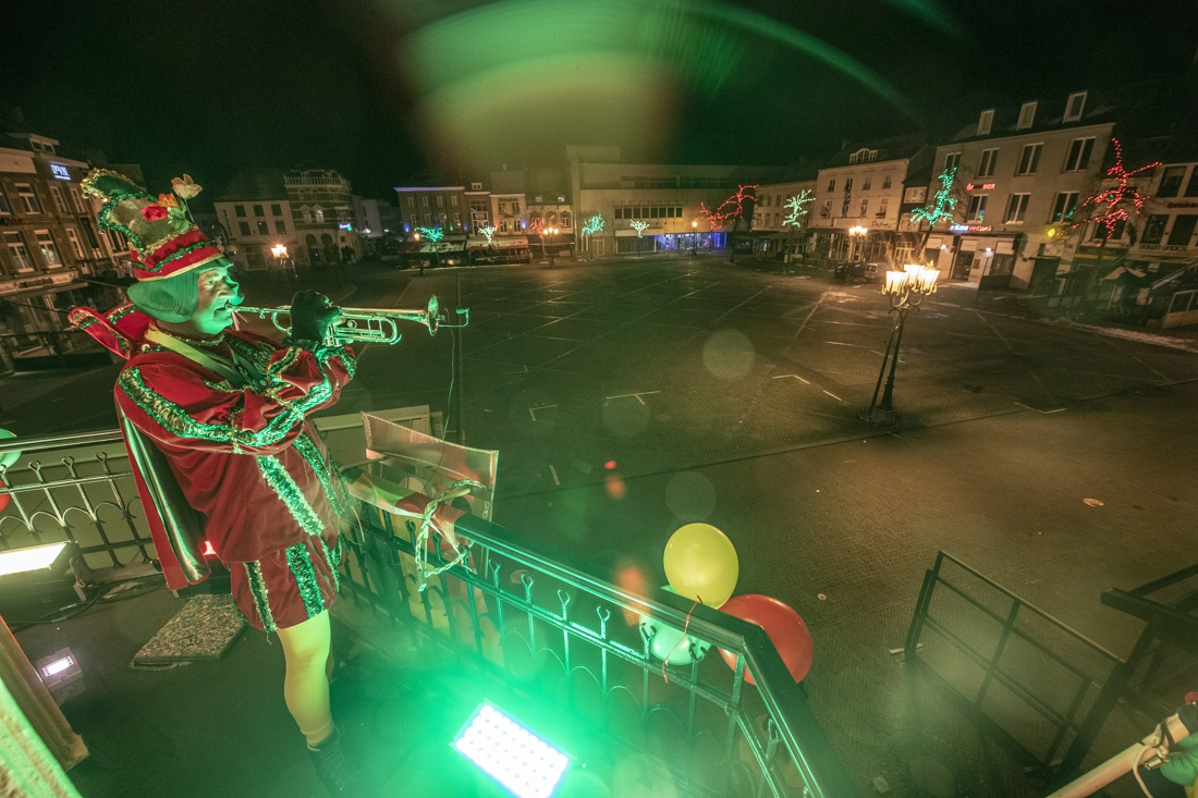 Het Kanon zwijgt: eenzame trompettist blaast Zitterd Allein op balkon boven leeg Marktplein Sittard - De Limburger