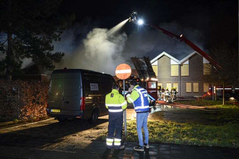 Video: Uitslaande brand in leegstaand gebouw in Wessem