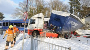 Spoorovergang waar vrachtwagen werd geramd dicht voor motorisch verkeer