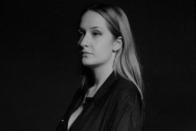 Yentl Vlachos uit Geleen tourt volgend jaar langs basisscholen met haar educatieve theatervoorstelling 'Traanvogel'