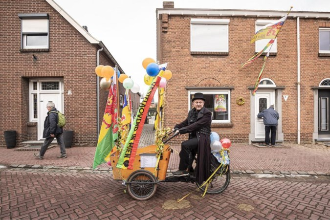 Carnavalsoptocht in z'n uppie: Coen brengt toch nog wat leven in de brouwerij in Herkenbosch