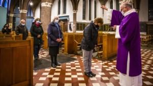In Venlo worden op Aswoensdag coronaproof 'strooikruisjes' uitgedeeld